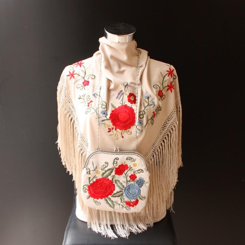 Mantón y bolso en beige de Toñi Mediavilla